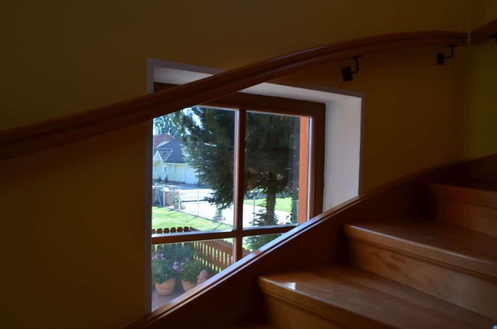 DETAIL stopnišče v mansardo pogled skozi okno