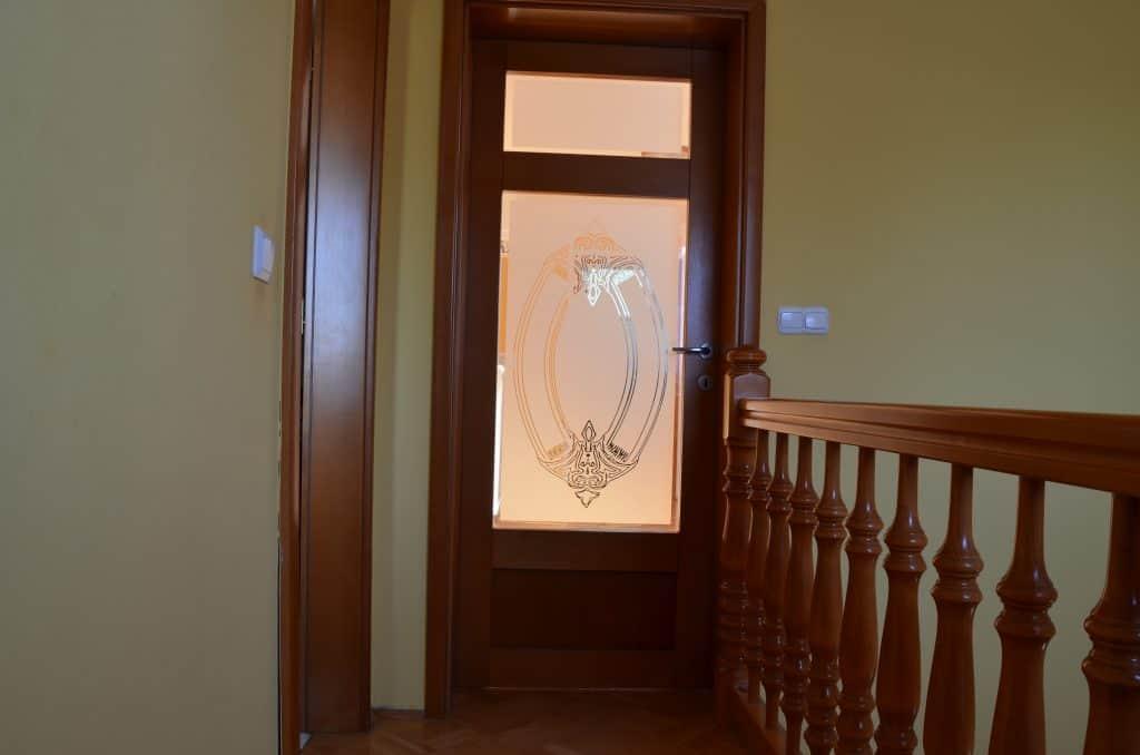 Detail steklo na vratih mansarda