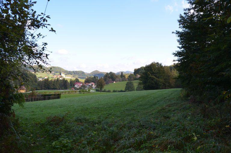 Pogled od hiše na naselje