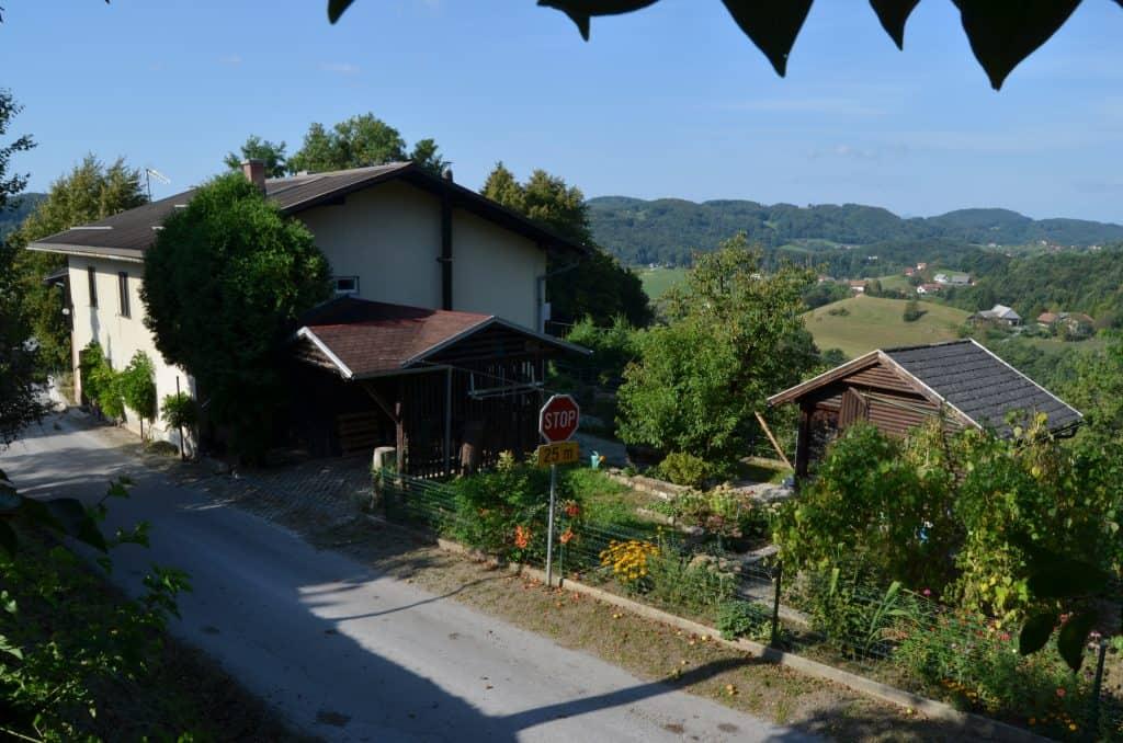 2 pogled iz sosednje parcele na celo hišo