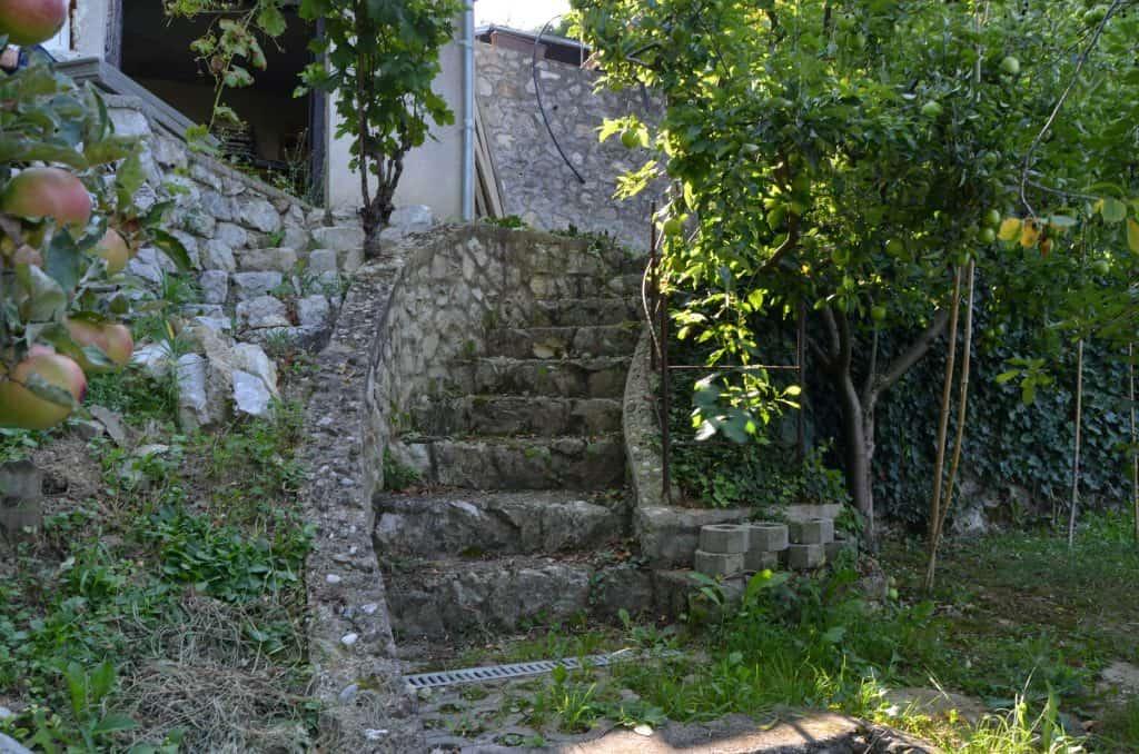 Kamniti stopnišče iz sadovnjaka